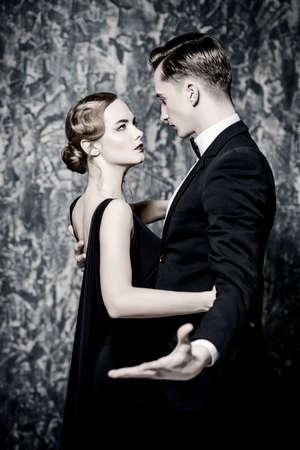 우아한 이브닝 드레스에 아름 다운 화려한 커플입니다. 패션, 매력. 복고 스타일입니다. 스톡 콘텐츠