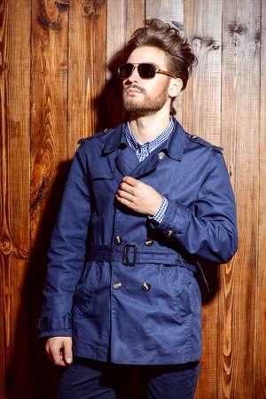 Portret van een goedgeklede imposante man in zonnebril. Mannen schoonheid, mode. Haarstyling, kapperszaak. Stockfoto
