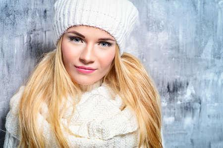 겨울 아름다움, 화장품입니다. 아름 다운 금발 소녀가 하얀 겨울 옷을 입고 미소를 카메라. 겨울 패션 개념입니다.