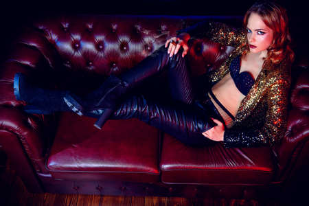 Seksueel glamoureus meisje dat tijd doorbrengen op nachtclub of casino.