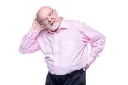 그 노인은 등뒤로 손을 유지합니다. 두통, 혈압. 허리가 아파요, radiculitis. 노인들을위한 건강 관리.