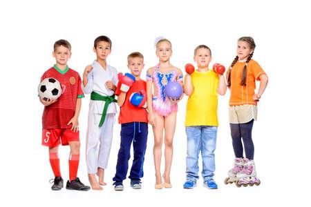 Sport und Aktivitäten für Kinder. Gruppe von freudigen Jungen und ein in verschiedenen Sportarten engagiert Mädchen posieren zusammen. Bildung. Isolierte über weißem Hintergrund. Standard-Bild - 78824902