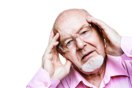 노인은 머리에 손을 얹는다. 두통, 혈압. 노인들을위한 건강 관리.