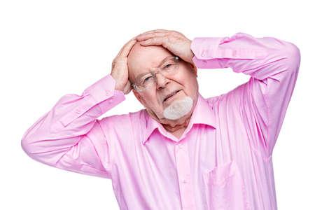 El viejo mantiene una mano sobre su cabeza. Dolor de cabeza, presión arterial Atención de salud para personas mayores. Foto de archivo - 79156146