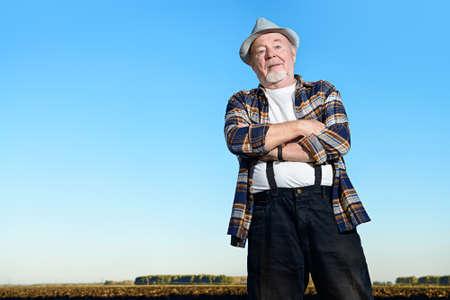 보았다고 필드에 서있는 노인 농부. 농업, 작물 개념입니다. 스톡 콘텐츠 - 79239242