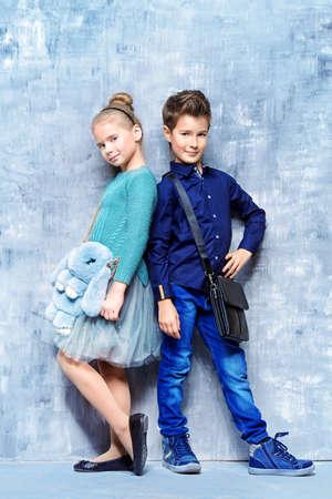 La Moda Infantil. Dos Niños Modernos Posando Juntos En El Estudio ...