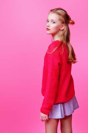 분홍색 배경 위에 귀여운 소녀 십입니다. 스튜디오 촬영. 하이틴의 패션. 스톡 콘텐츠