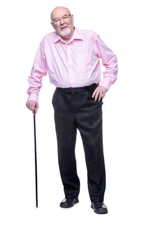 걷는 막대기로 서있는 늙은이.