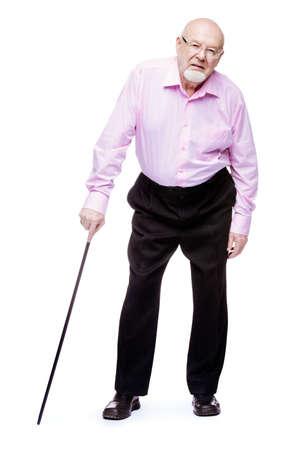 걷는 막대기로 서있는 늙은이. 허리가 아파요, radiculitis. 노인들을위한 건강 관리.
