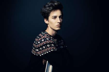 L'acconciatura dell'uomo. Ritratto di un bel giovane con i capelli alla moda. Bellezza, moda. Archivio Fotografico - 80705862