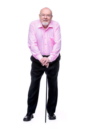 杖で立っている老人。背中が痛い、根。高齢者の健康管理。