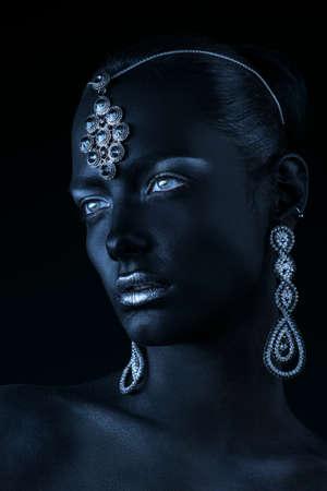 美容、ファッションの肖像画。黒い肌、銀色にキラキラ唇と美しい宝石で美しい若い女性のクローズ アップの肖像画。ボディ絵画プロジェクト。メ