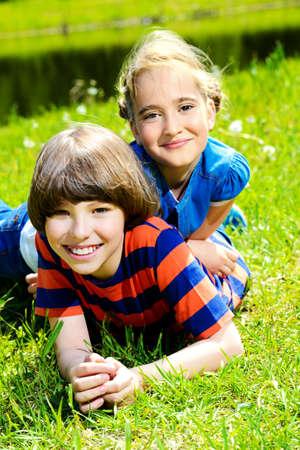 Dos amigos de los niños pasar tiempo juntos en el parque en un día soleado. Vacaciones de verano. Amistad. Foto de archivo - 81298787