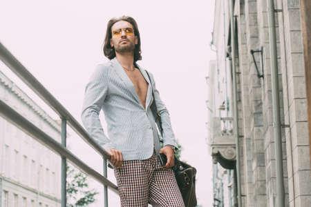 남자의 아름다움, 패션. 도시 거리에 세련 된 옷에서 잘 생긴 남자.