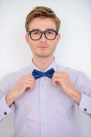 Mannen schoonheid, mode. Goed verzorgde jonge man draagt elegant pak en strikje. Stockfoto