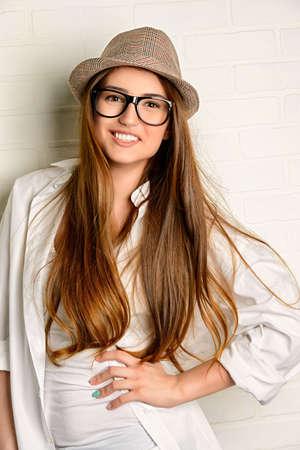흰 셔츠와 청바지를 입고 꽤 젊은 여자. 행복 한 생활 습관입니다. 아름다움과 청소년 개념입니다. 스톡 콘텐츠