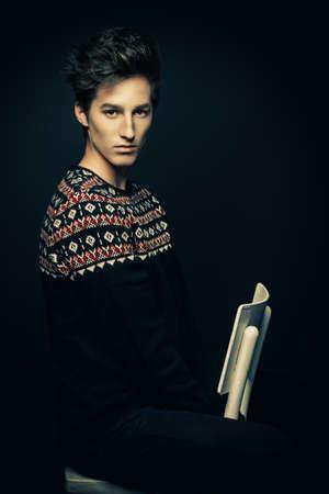 L'acconciatura dell'uomo. Ritratto di un bel giovane con i capelli alla moda. Bellezza, moda. Archivio Fotografico - 82814842