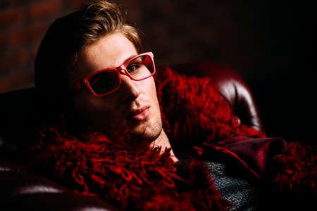 부식 긴 빨간 모피 코트와 디자이너 의류에 포즈 패션 남성 모델. 스톡 콘텐츠 - 82883357