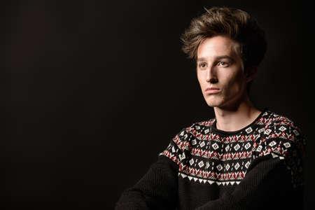 L'acconciatura dell'uomo. Ritratto di un bel giovane con i capelli alla moda. Bellezza, moda. Archivio Fotografico - 83042554