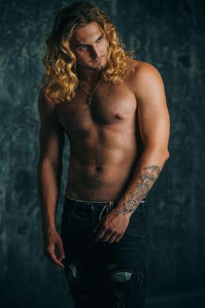Retrato de un hombre atlético hermoso fuerte sano. Concepto de belleza masculina. Fitness, culturismo.? Foto de archivo - 83042655