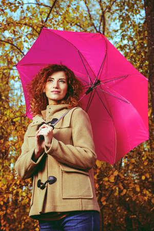 아름 다운 빨간 머리를 가진 낭만주의 꿈꾸는 소녀 가을 공원에서 산책. 가을의 분위기, 잎 가을. 가을 패션.