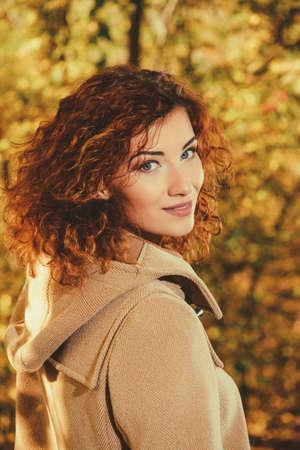아름 다운 빨간 머리를 가진 낭만주의 꿈꾸는 소녀 가을 공원에서 산책. 가을의 분위기, 잎 가을. 가을 패션. 스톡 콘텐츠 - 83299255