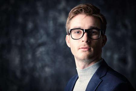 비즈니스 개념입니다. 양복과 안경 착용 잘 생긴 사업가의 초상화.