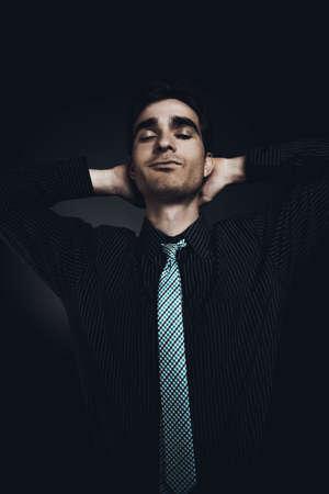 양복에 잘 생긴 젊은 남자가 그의 눈을 감 으면. 남성 아름다움입니다. 남자의 건강.