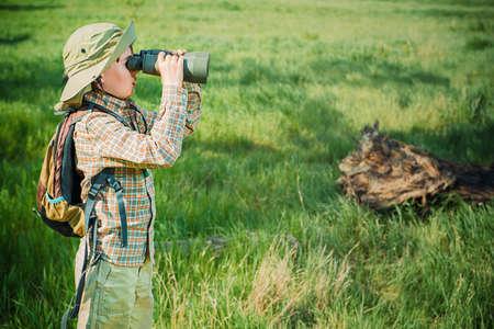 자연과 우리 주위의 세계를 탐구하는 소년. 모험 여행. 젊은 스카우트. 스톡 콘텐츠