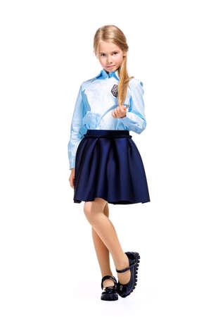 예쁜여 학생 우아한 학교 제복을 입은 스튜디오에서 포즈. 흰색 배경 위에 격리. 학교 패션. 공간을 복사합니다.