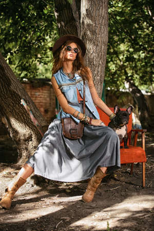 데님 스타일. 성적 젊은 여자 거리에 청바지 옷을 입고 포즈. 아름다움, 유행 봐. Boho 스타일의 옷과 액세서리. 스톡 콘텐츠