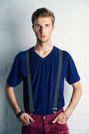 남자의 아름다움, 패션. 잘 생긴 남자 모델 캐주얼 의류에 스튜디오에서 포즈. 스톡 콘텐츠