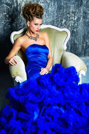 Tir de mode. Belle jeune femme portant robe longue et un collier de luxe. Luxe, style de vie riche. Bijoux. Banque d'images - 85119142