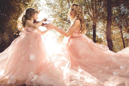 고전 음악. 아름 다운 요정 소녀는 어린 소녀 바이올린을 연주 가르쳐. 뮤지컬 동화.