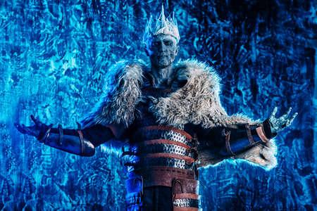 Halloween. De zombiekrijger van de koning in de pantser van een middeleeuwse ridder bedekt met sneeuw. Horror fantasie film.