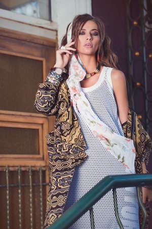 Vrouwelijke stijl. Vrouwelijk mode model poseren in boho stijl kleding op een straat. Outdoor mode. Stockfoto