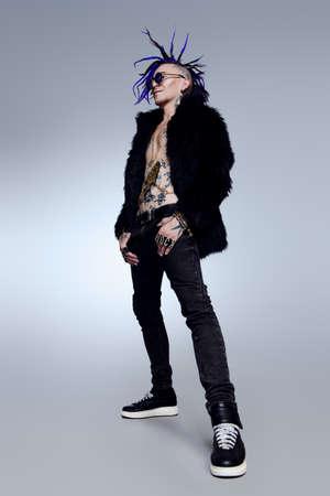 스튜디오에서 포즈 펑크 록 음악가의 전체 길이 초상화. 청소년 대안 문화.