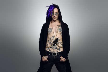검은 옷을 입은 밝은 펑크 록 음악가와 밝은 향취. 스튜디오 촬영.