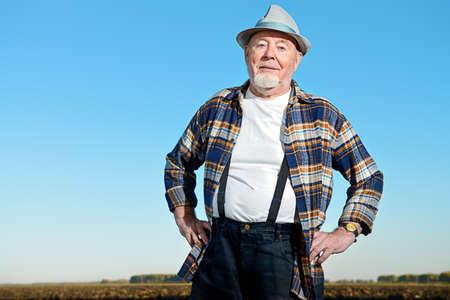 보았다고 필드에 서있는 노인 농부. 농업, 작물 개념입니다. 스톡 콘텐츠 - 85685475