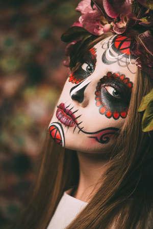 Calavera Catrina의 근접 촬영 초상화입니다. 설탕 두개골 화장과 젊은 여자. Dia de los muertos. 죽음의 날. 할로윈.