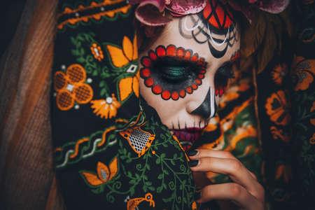 Close-up portret van Calavera Catrina. Jonge vrouw met suiker schedel make-up. Dia de los muertos. Dag van de Doden. Halloween. Stockfoto - 86167862