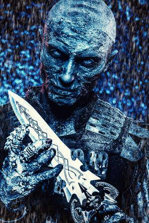 Halloween. Close-up Portrait eines schrecklichen Schnee bedeckt Zombie-Krieger in der Rüstung eines mittelalterlichen Ritter mit einem Schwert. Standard-Bild - 85979131