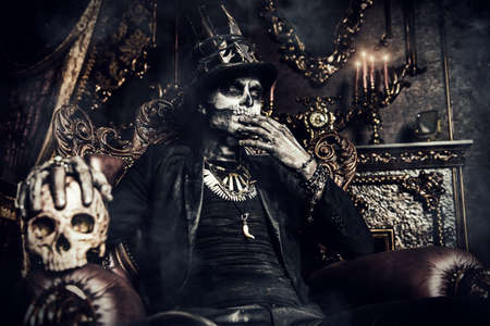 ハロウィーン。尾コートを着た男性の頭蓋骨の化粧品で、トップの帽子は、古い城。バロン (土曜日)。男爵 Samedi。Dia デ ロス ムエルトス。死者の日