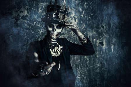 El retrato del primer de un hombre con un maquillaje del cráneo se vistió en una cola-capa y un sombrero de copa. Sábado barón. Baron Samedi. Dia de los muertos Dia de los Muertos. Víspera de Todos los Santos.