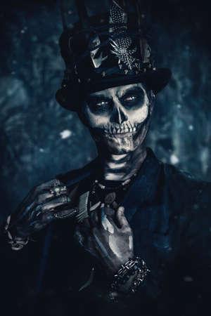 Een man met een schedelmake-up gekleed in een staartjas en een hoge hoed. Baron zaterdag. Baron Samedi. Dia de los muertos. Dag van de Doden. Halloween.