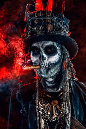 Baron zaterdag. Baron Samedi. Een man met een schedelmake-up gekleed in een staartjas en een hoge hoed. Dia de los muertos. Dag van de Doden. Halloween.