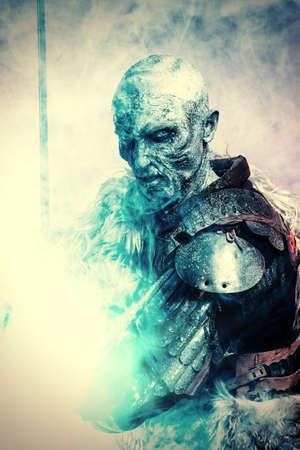 ハロウィーン。中世の騎士の鎧に凍りついた雪覆われたゾンビの戦士。