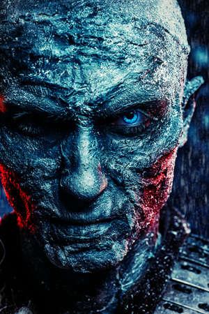 ゾンビ男のクローズ アップの肖像は雪で覆われています。ハロウィーン。ホラー映画。