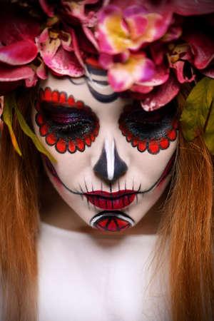 Closeup retrato de Calavera Catrina. Mujer joven con maquillaje de calavera de azúcar. Dia de los muertos. Dia de los Muertos. Festividad de Todos los Santos. Foto de archivo - 86050642