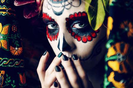 Calavera Catrina のクローズアップポートレート。シュガースカルメイクアップと若い女性。Dia デロス祝祭死者の日ハロウィーン。